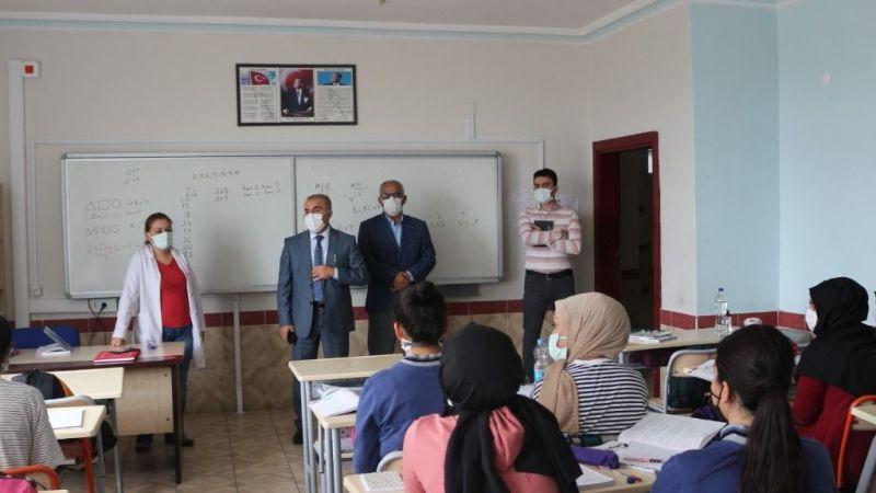 Müdür okul okul geziyor