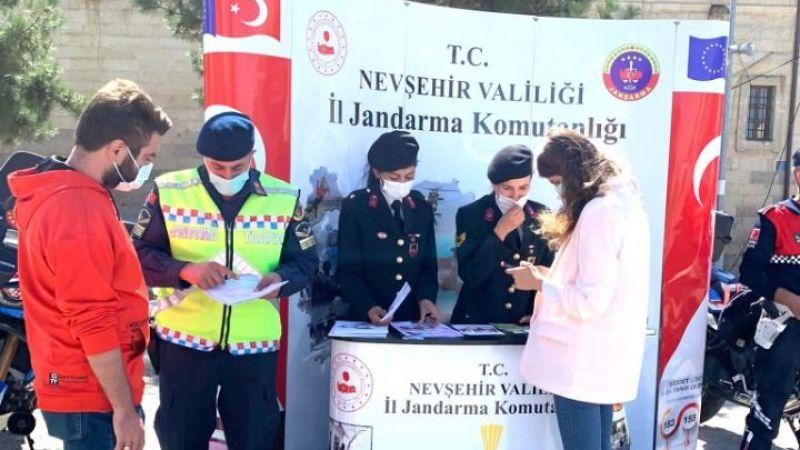 Jandarma öğrenciler için stant açtı