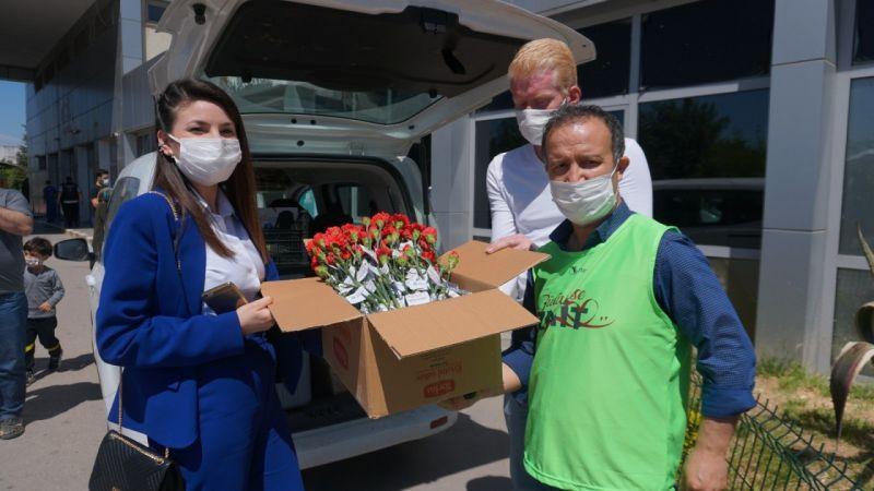 Belediye hemşirelere özel günlerinde karanfil dağıttı