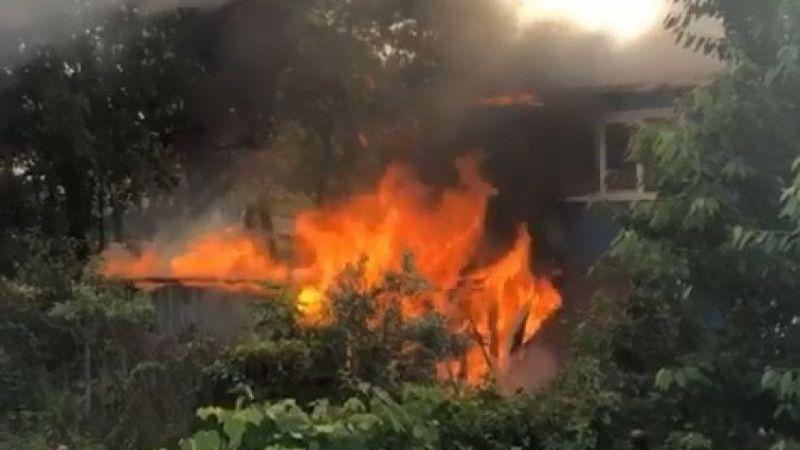 Ahırda çıkan yangın evi de küle çeviriyordu!