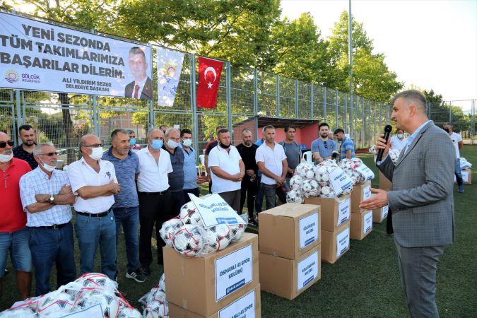 Başkan Sezer'den amatör futbol kulüplerine malzeme desteği