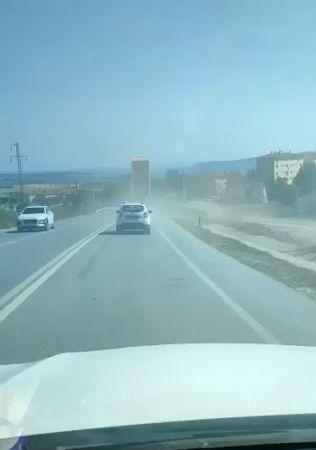 Damperi açılan kamyon PTS direğine böyle çarptı