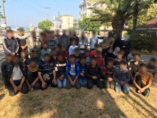 Durdurulan bir minibüsten 50 kaçak göçmen çıktı: 3 gözaltı