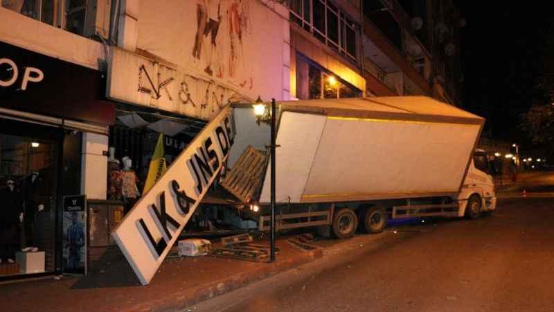 Zonguldak'ta trafik kazası: Freni boşalan kamyon işyerine girdi