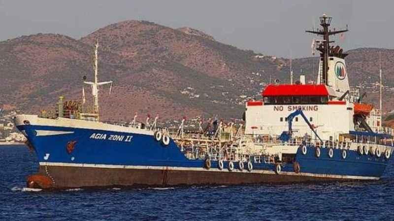 Atina'da petrol taşıyan tanker battı