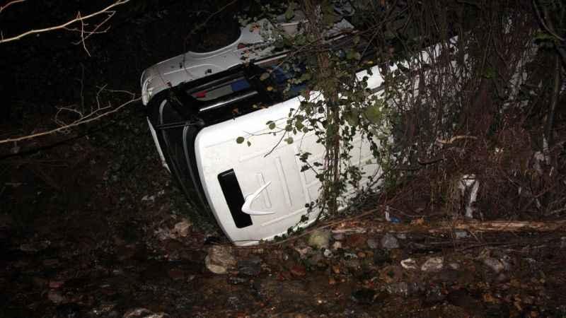 Zonguldak'ta kaza yapan minibüsü dereye düşmekten ağaçlar kurtardı