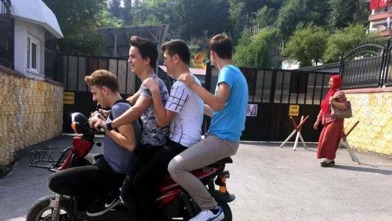 Motosiklet üzerindeki 4 gencin tehlikeli yolculuğu