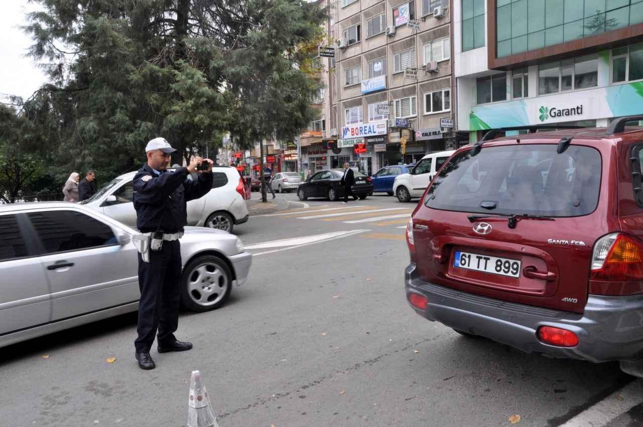 Trabzon Da Trafik Polisi Suruculere Turkulu Manili Ceza Yaziyor