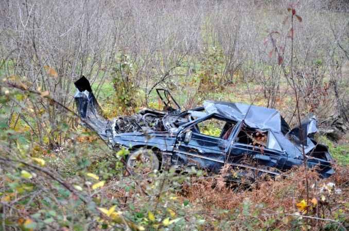 Otomobil uçuruma yuvarlandı: Sürücü ve oğlu yaralandı