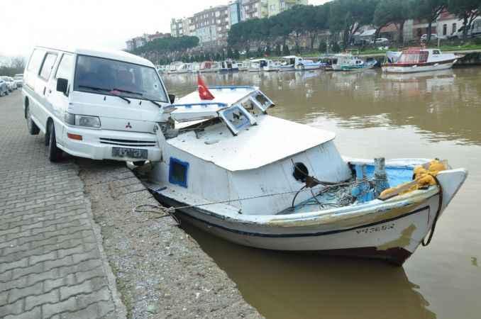 Çanakkale'de şaşırtan kaza; minibüs, tekneye çarptı