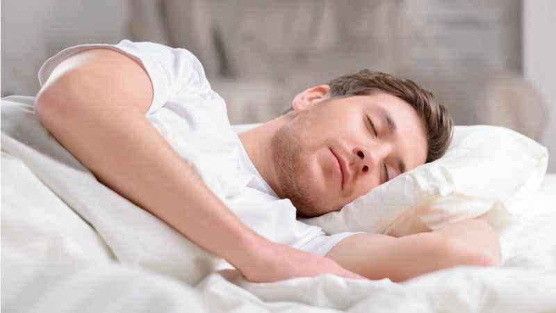 Bel ağrısından kurtulmak için en iyi altı uyku pozisyonu