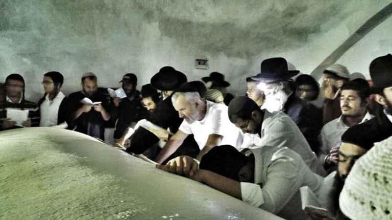 Yüzlerce yerleşimciden dini ve tarihi mekanlara baskın