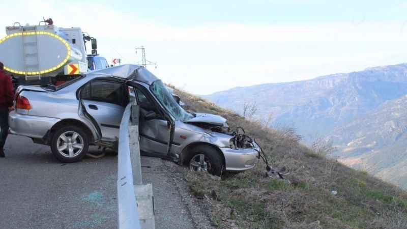 Bariyere takılan otomobil, uçurumun kenarında asılı kaldı
