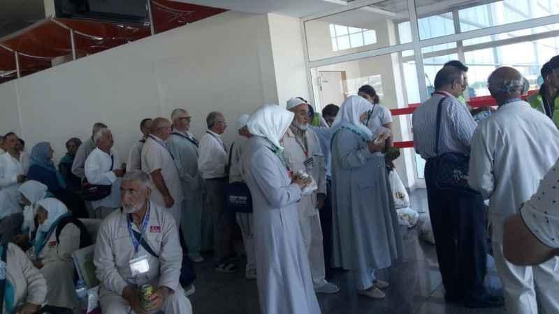 Hacı adayları havaalanında mahsur kaldı, saatlerdir bekliyorlar