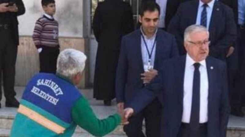 """Vatandaşa """"öküz"""" imasında bulunan Ahmet Uzer, bu fotoğrafla yine gündemde"""