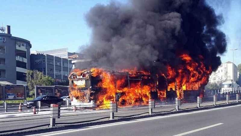 Son dakika: Metrobüste yangın çıktı