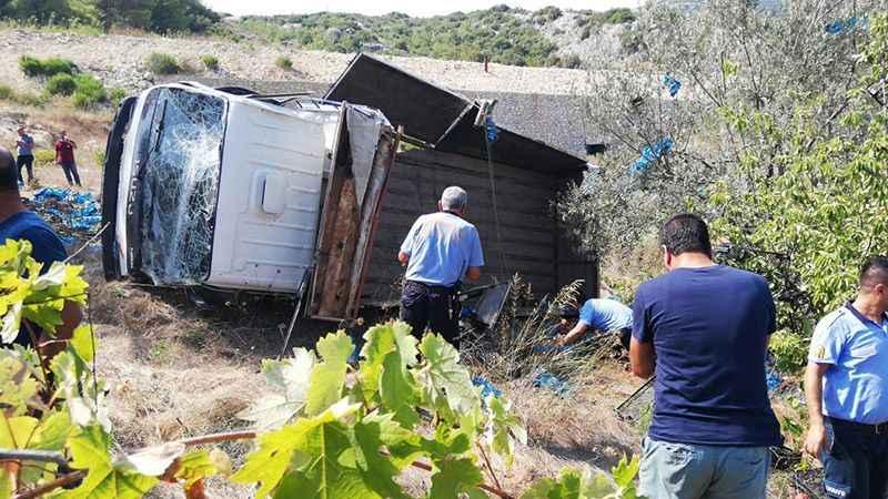 Şeftali yüklü kamyonet devrildi: 4 ölü, 11 yaralı