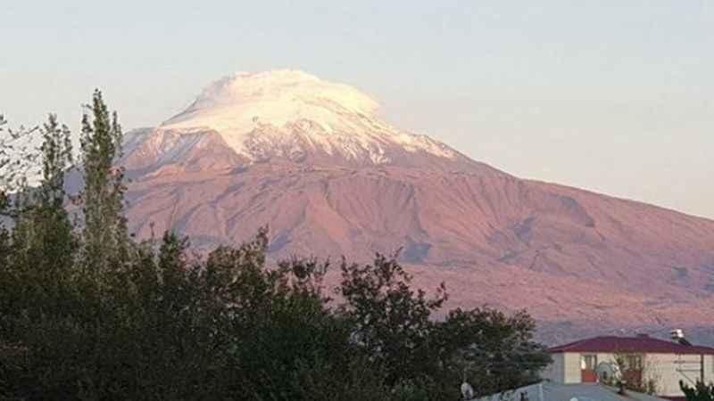 Mevsimin ilk karı Ağrı Dağı'na yağdı