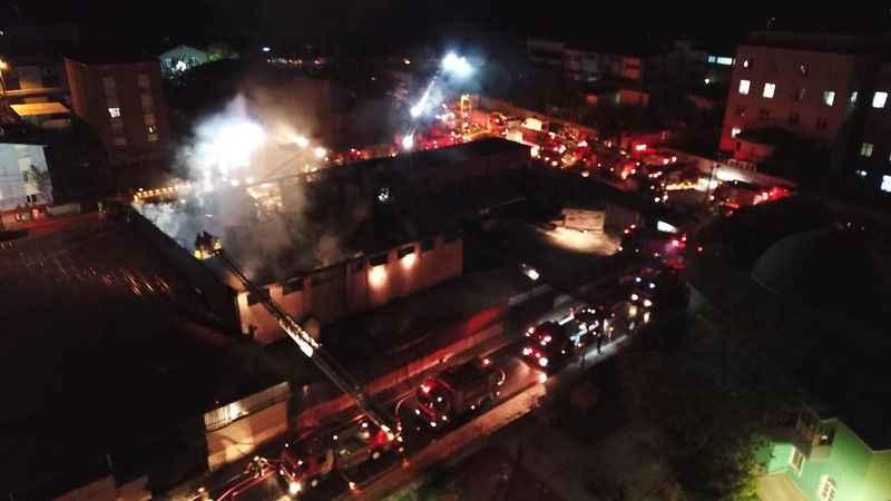Gece yanmaya başlayan yatak fabrikası küle döndü
