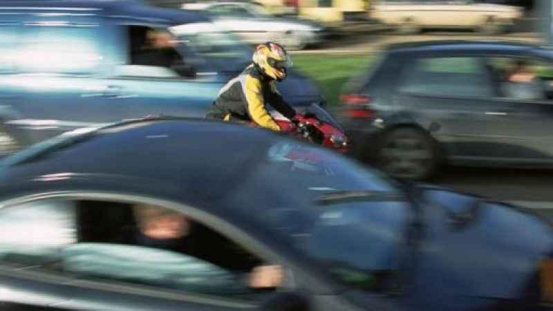 Trafik teröristi motosikletli kuryenin hayatını tehlikeye attı!