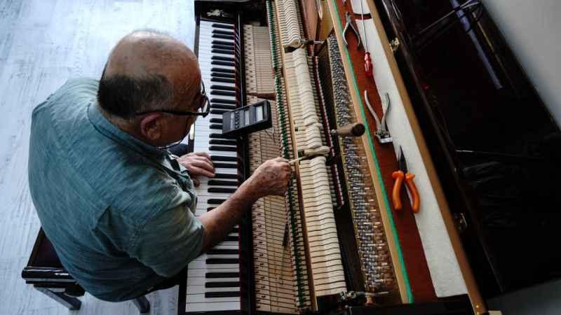 Yarım asırdır piyano tamiri yapıyor