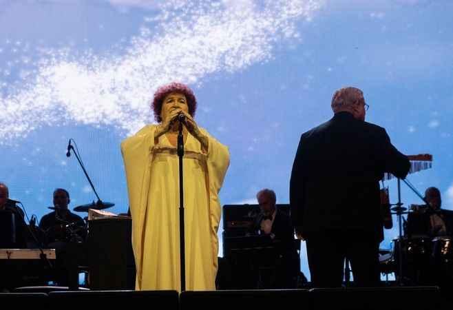 Selda Bağcan Harbiye'de rock grubu ile sahneye çıktı