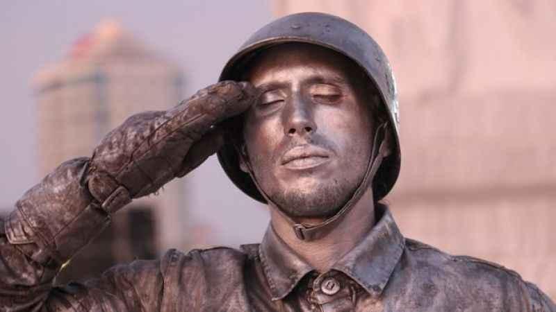 24 saat boyunca asker selamı vererek rekor kırdı