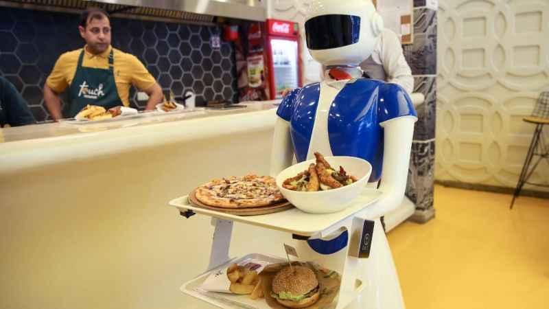 Touch Restaurant: Masalar tablet, garsonlar robot