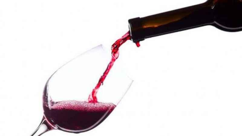 Sabah gazetesi yazarı: AKP'li üst düzey isim yan masaya şarap gönderdi
