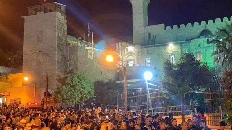 Binlerce Filistinli bugün sabah namazını Hz. İbrahim Camii'nde kıldı