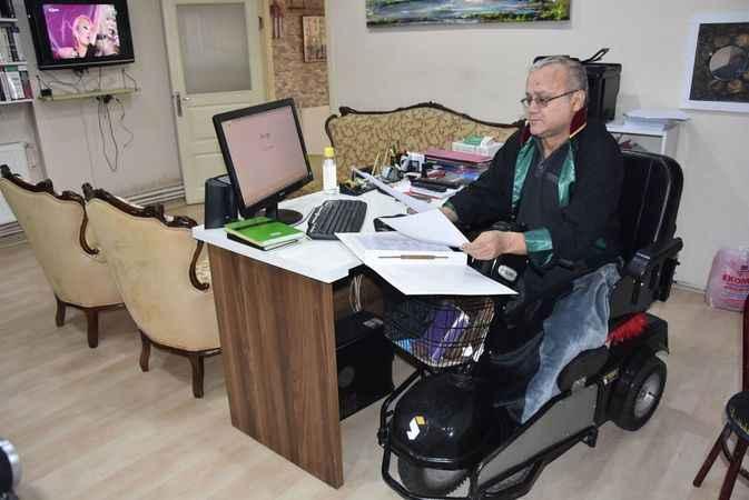 Yürüme engelli avukat, 25 yıldır davalara bakıyor