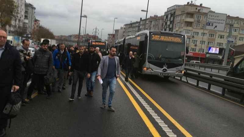 Son dakika: Metrobüs arızalandı, vatandaş soğukta yürüyor