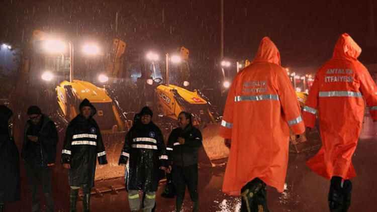 Antalya için kırmızı alarm: Kepez'de eve yıldırım düştü