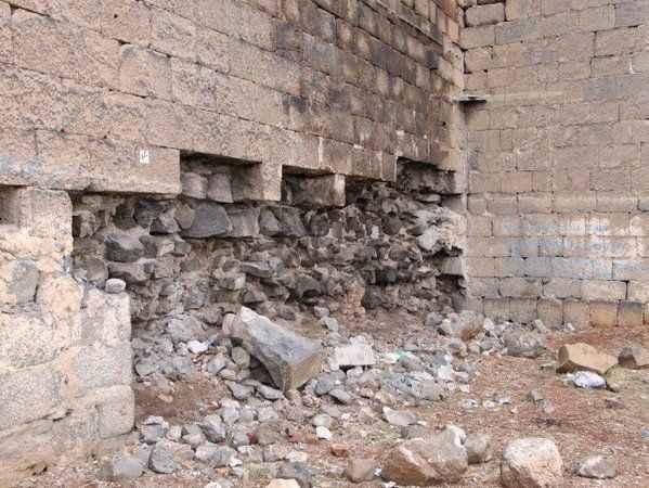 Diyarbakır Surlarında büyük tahribat: Taşları sökülüp satılıyor!