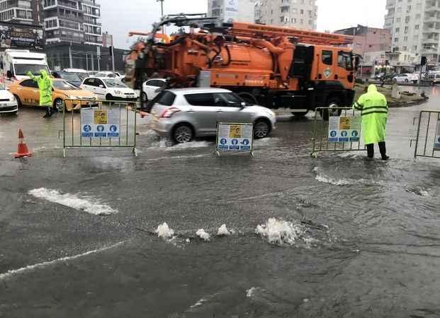 Adana'da sağanak yağış sonrası 4 ilçede okullar tatil edildi