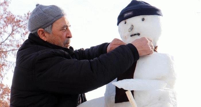 Erzurumlu taksici kardan adamı bu yıl da yaptı