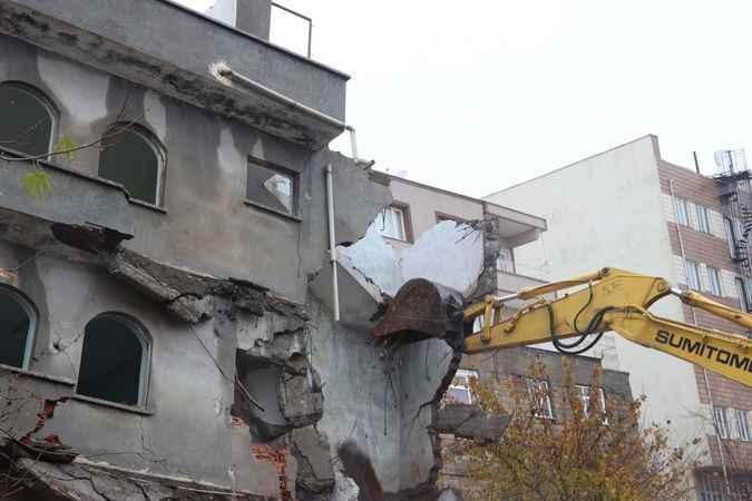 Adıyaman'da çöken bina, kontrollü yıkıldı
