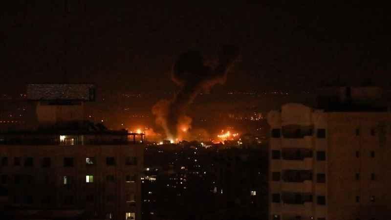 Siyonist İsrail Gazze'yi hava saldırısıyla vurdu