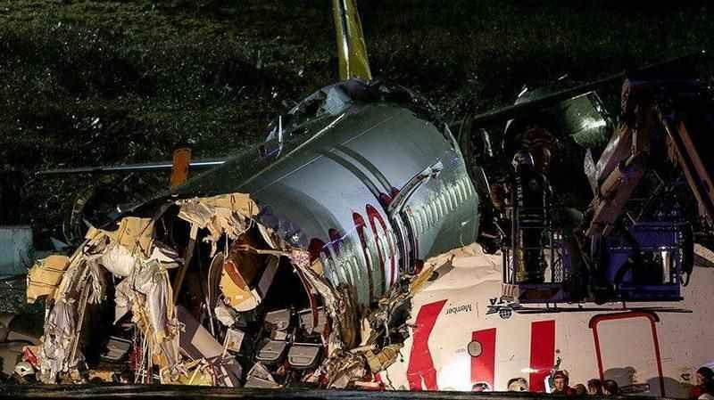 Parçalanan uçaktaki pilotlar ağır yaralı olarak kurtarıldı