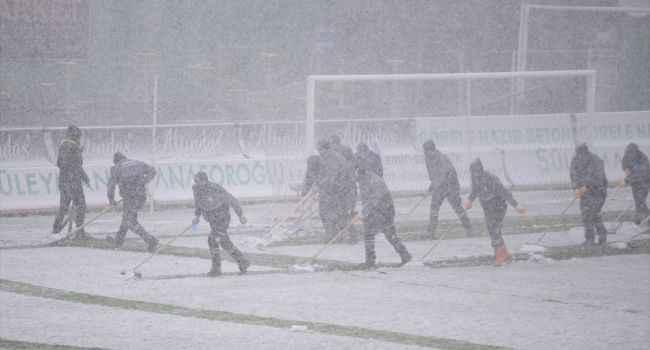 Futbola kar engeli; maç yarıda kaldı
