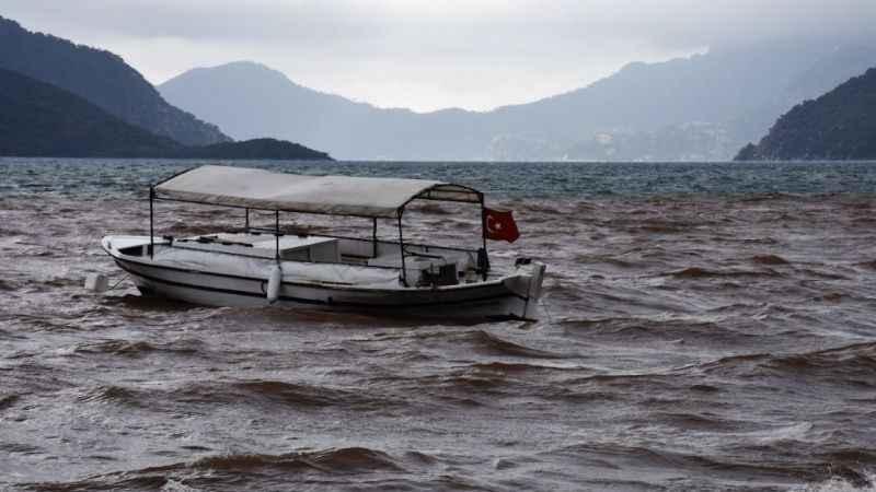 Masmavi deniz çamura döndü! Çevreciler tepkili