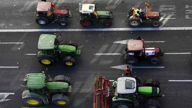İspanya'da çiftçiler traktörleri ile sokağa çıktı