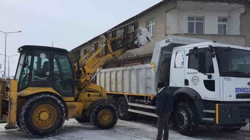 Bayburt'ta tonlarca kar taşınıyor!