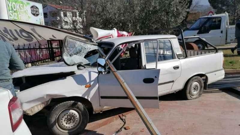 Bursa'da boru yüklü araç iş yerine daldı!