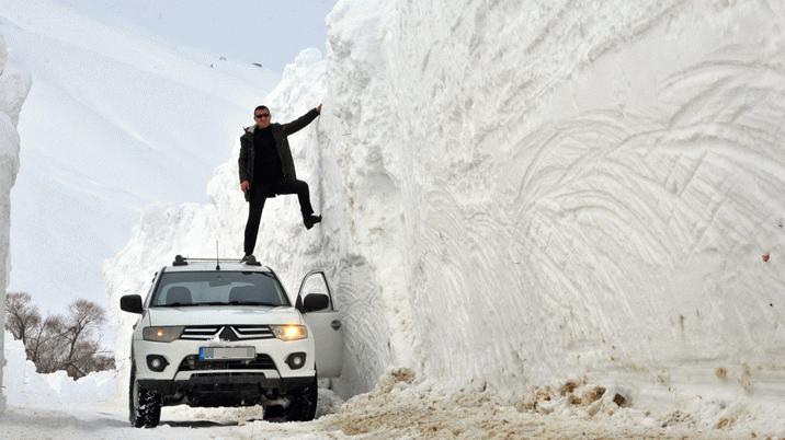 O ilçede kar kalınlığı 6 metreyi geçti! Çığ tehlikesi var...