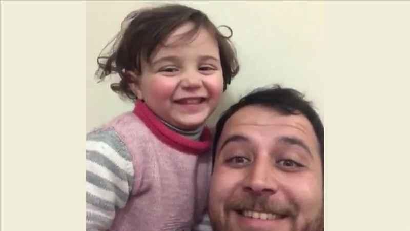Suriyeli babanın çocuğuyla yürek sızlatan oyunu