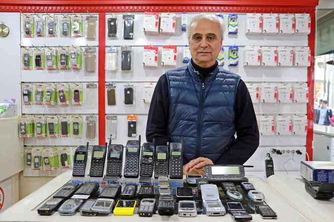 30 yıldır cep telefonu biriktiriyor