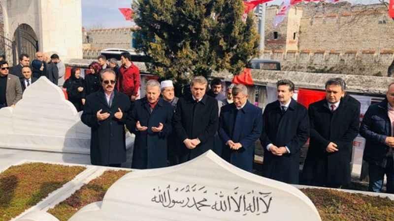 Ahmet Davutoğlu, Necmetin Erbakan'ı mezarı başında andı