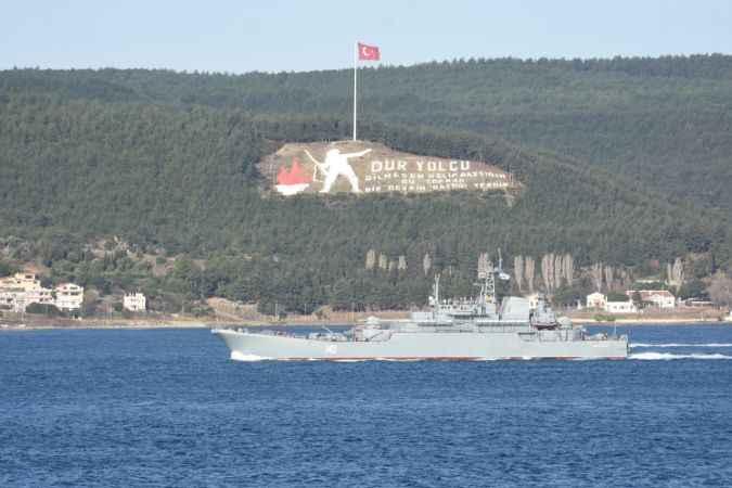 Rus savaş gemisi Boğaz'dan silahlı askerlerle geçti