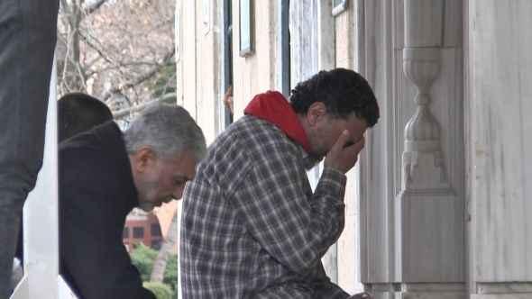Kilitli camii önünde gözyaşları...